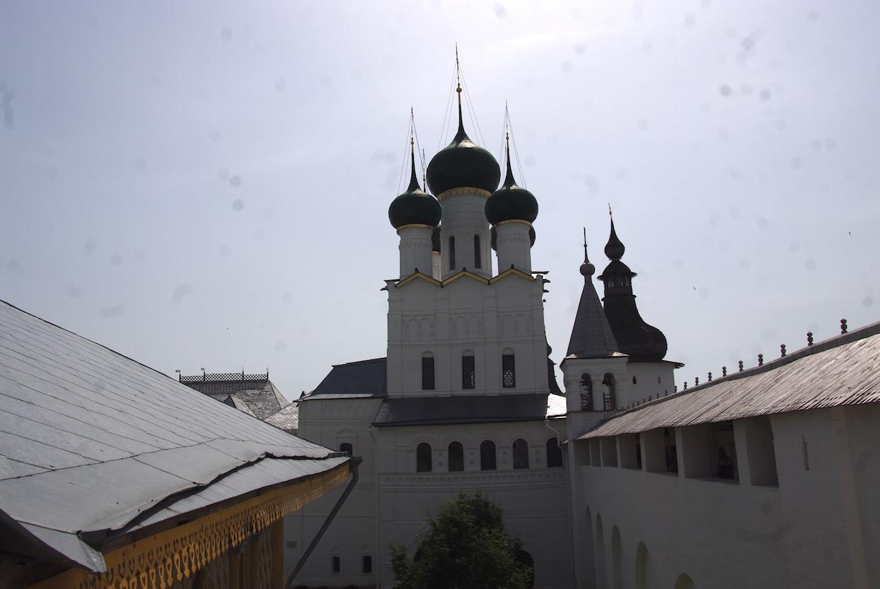Vue sur l'église Saint Jean l'évangéliste depuis un passage couvert