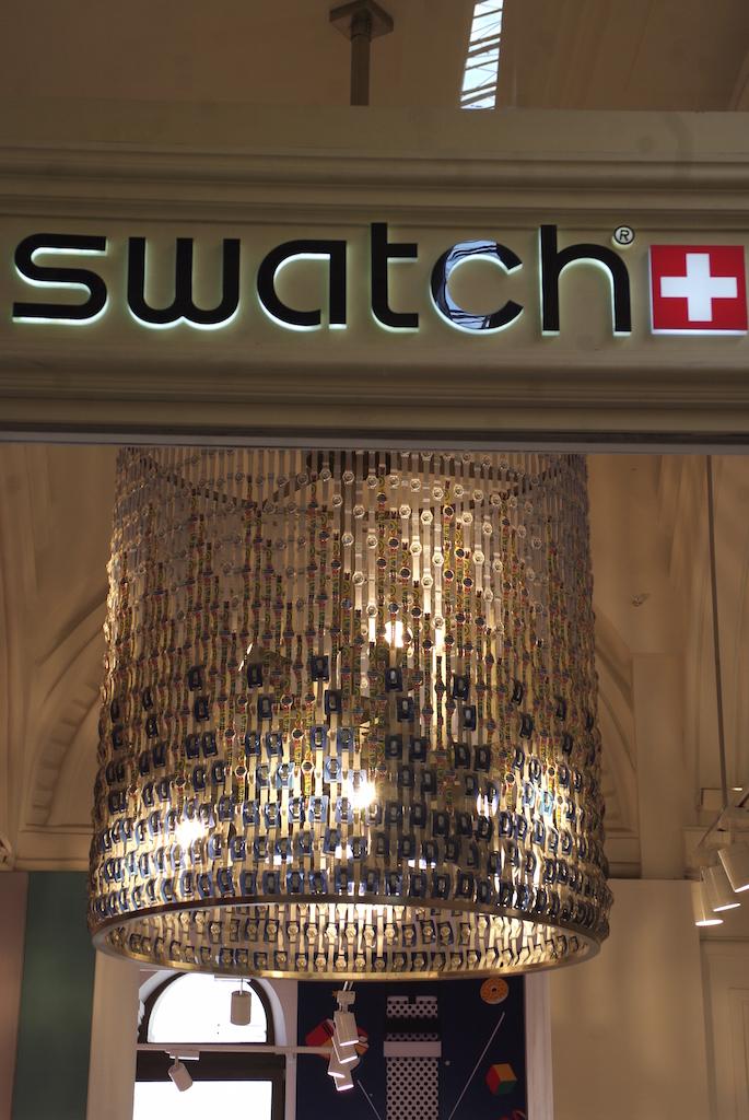 Le lustre réalisé avec des centaines de  montres Swatch.