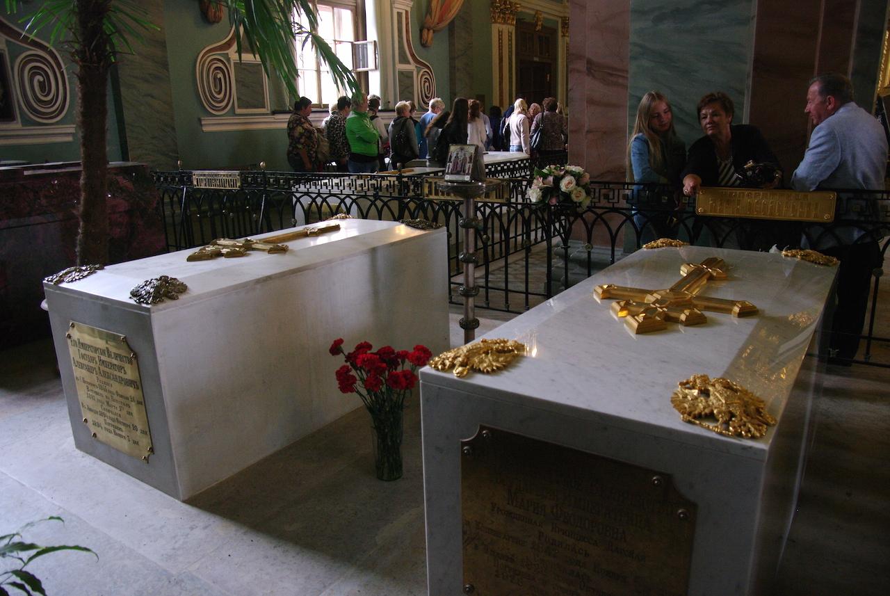 Présence des aigles aux 4 angles, tombeaux de souverains