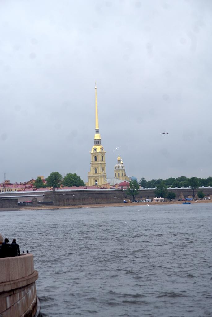 La flèche de la cathédrale vue des bords de la Neva
