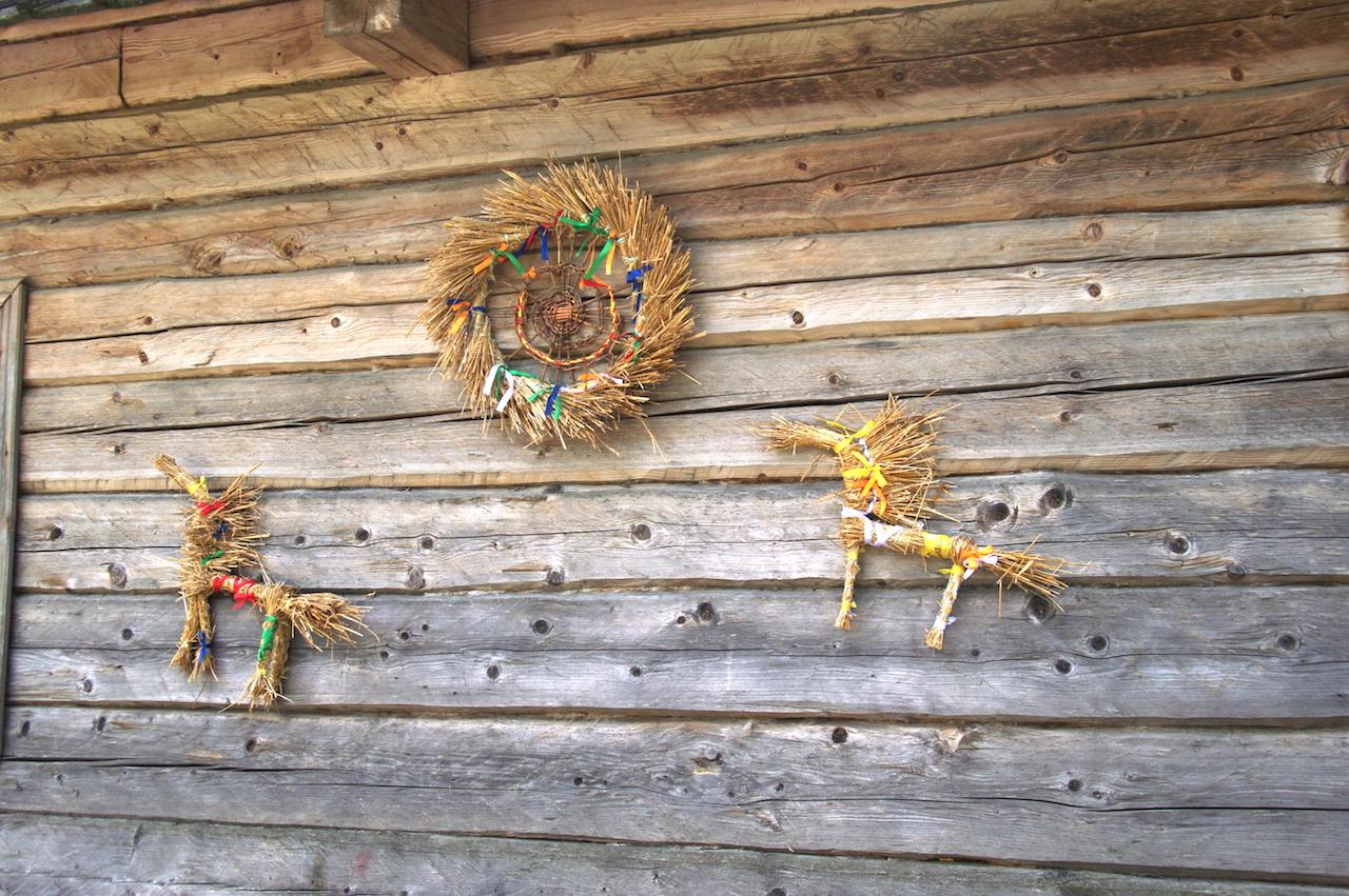 Décorations traditionnelles en paille tressée