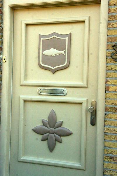 Une des nombreuses portes décorées