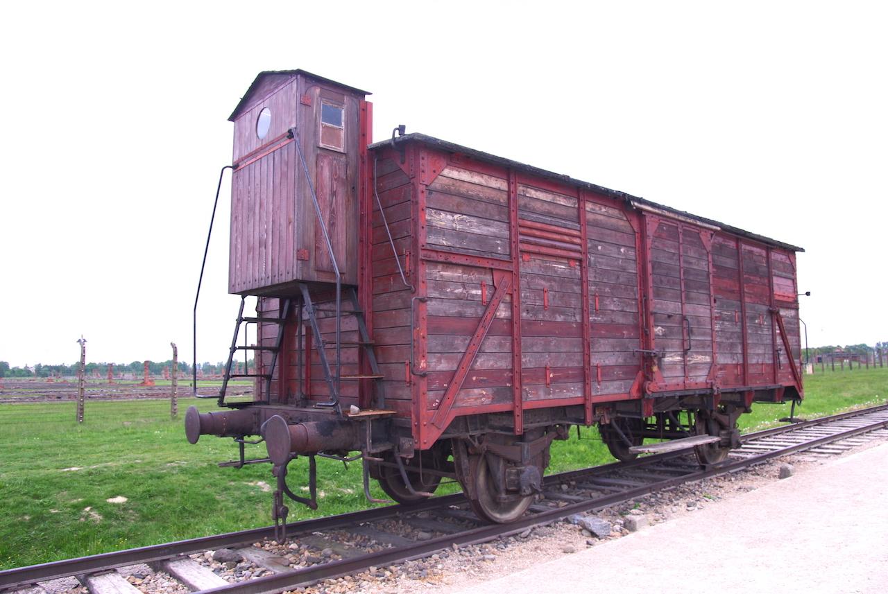 A la descente du wagon, les SS trient :