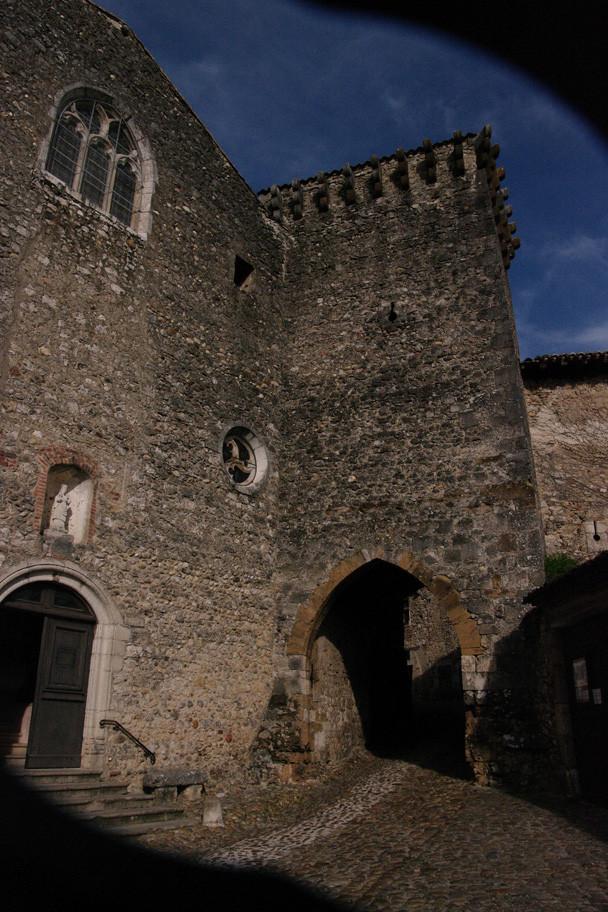 Une porte fortifiée