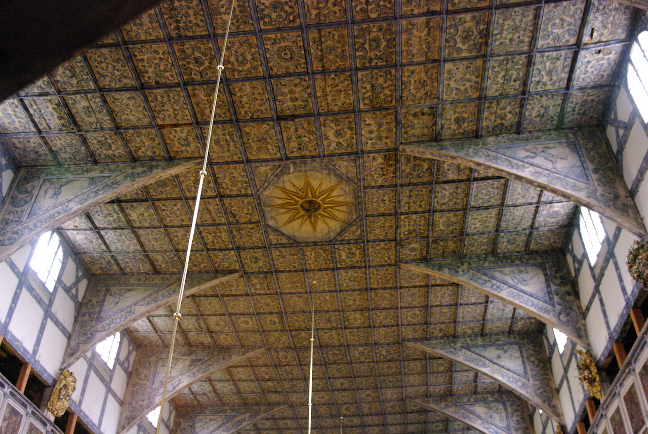 Le plafond entièrement décoré