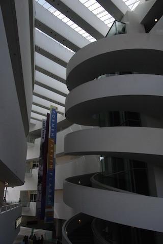 Intérieur et les vastes escaliers