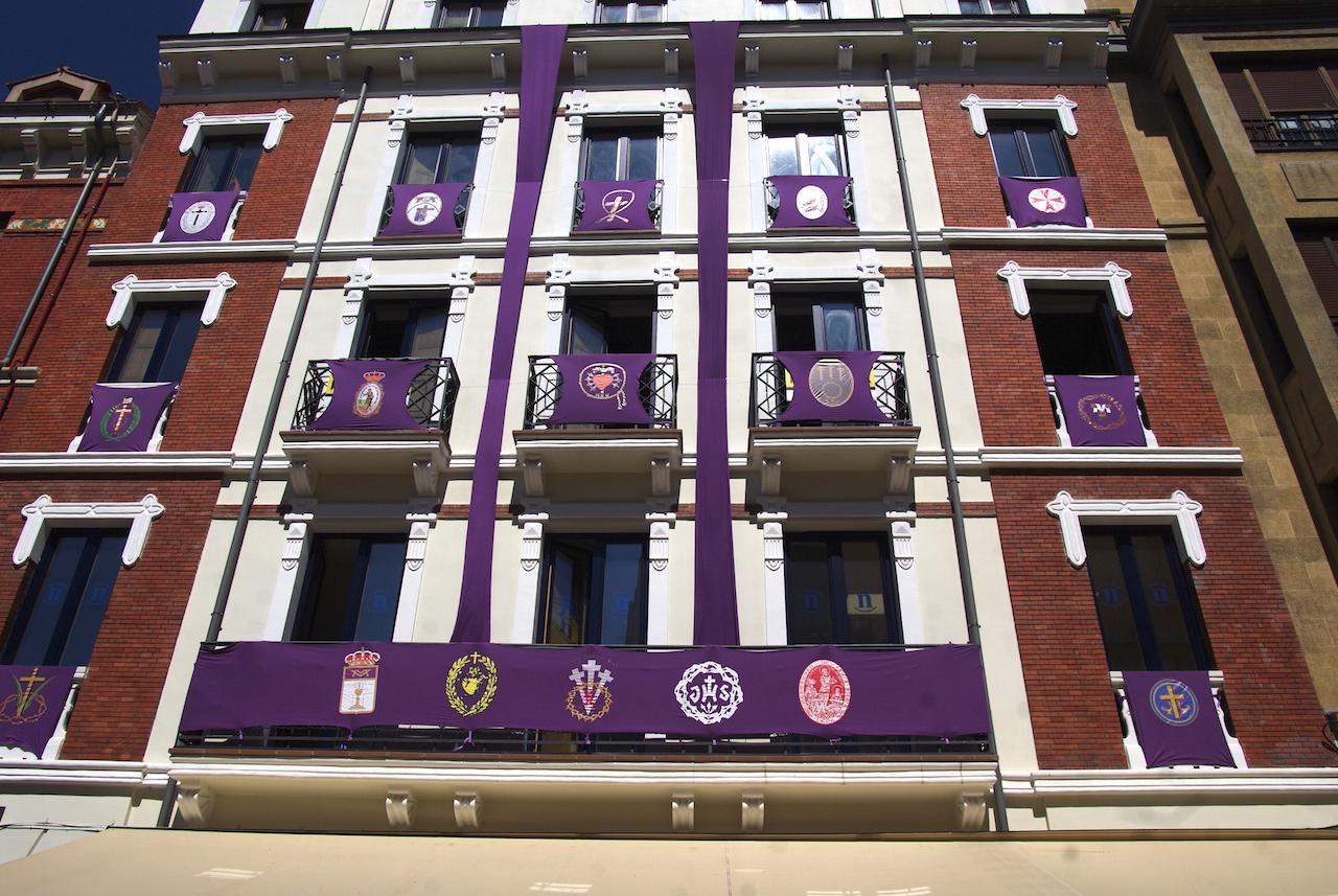 Blasons décorant une façade
