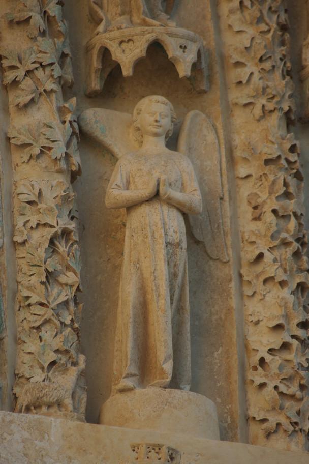 Une des nombreuses sculptures des portails