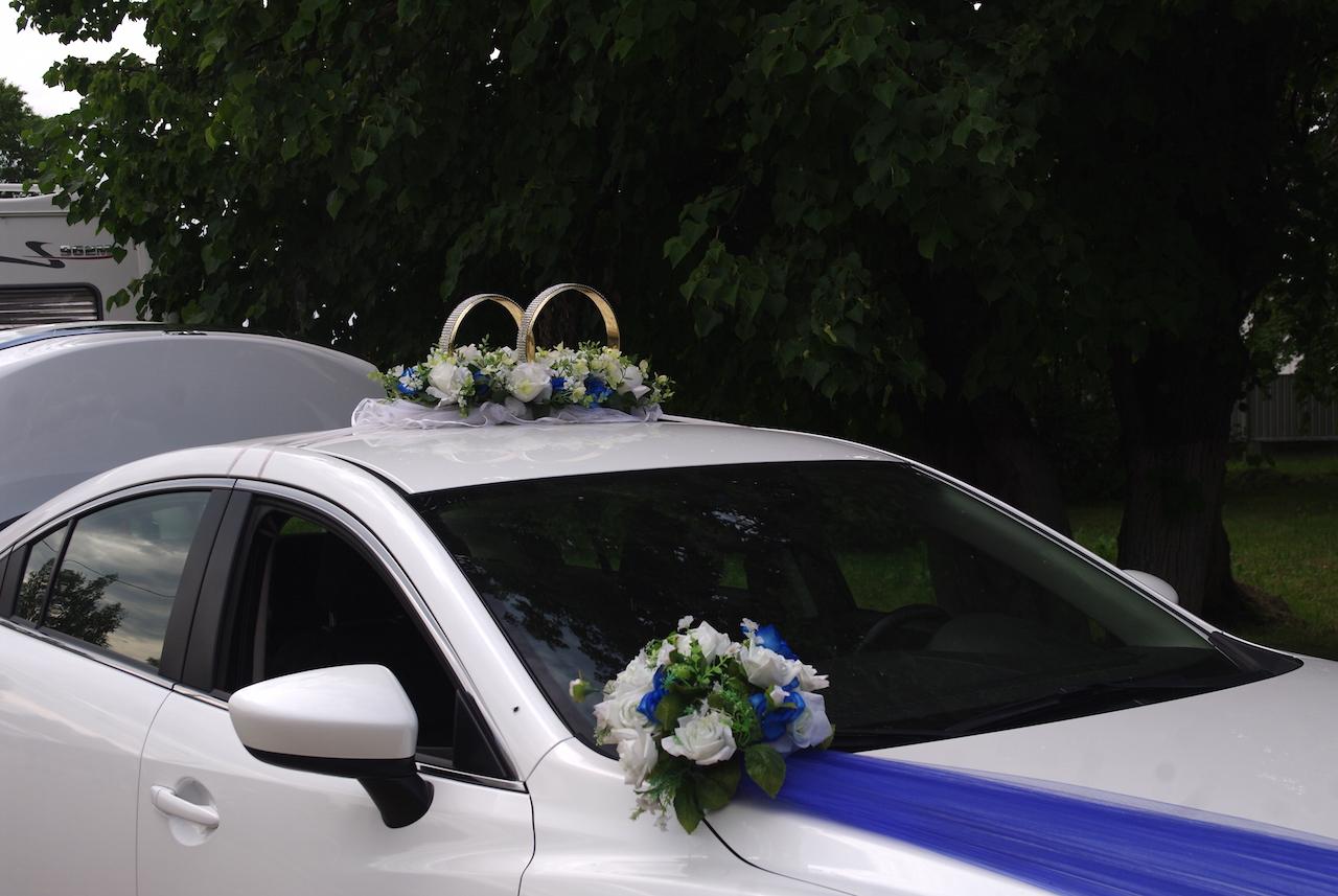 Typique de la voiture des mariés.