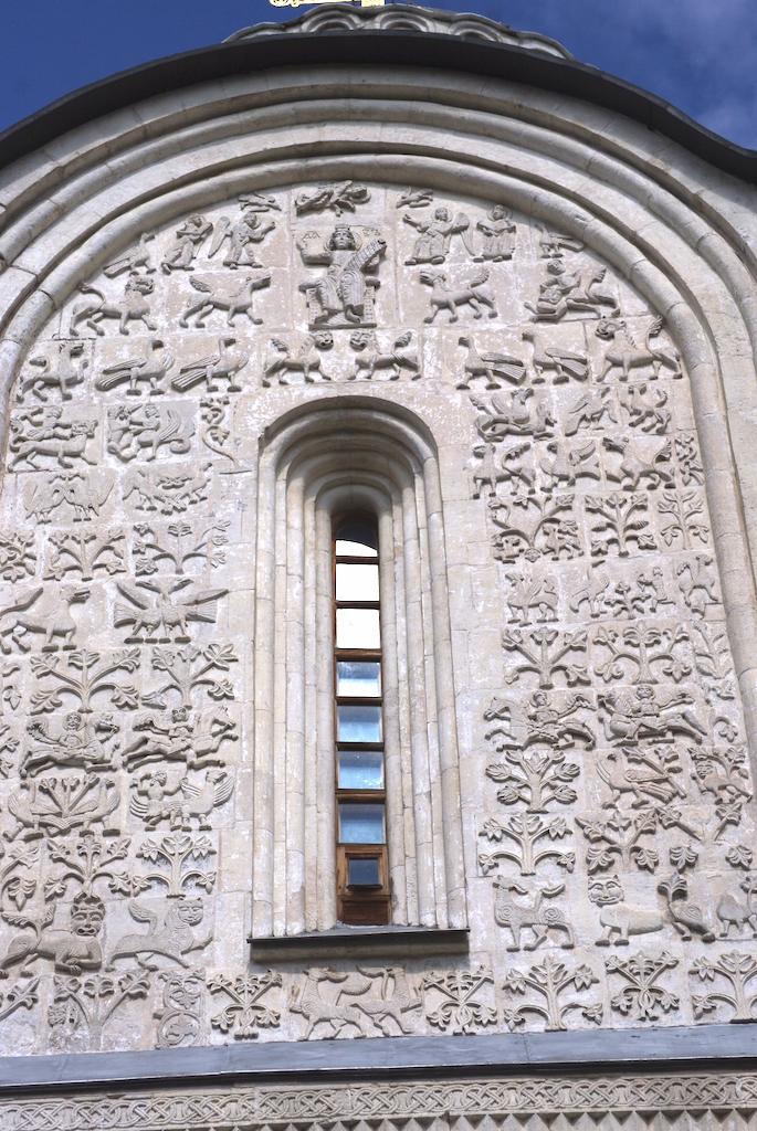 Au dessus du portail principal