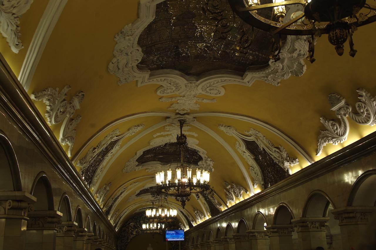 Plafond de la station Komskomolskaia.