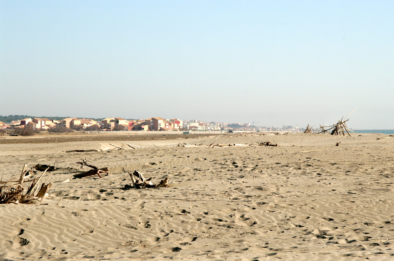 La plage et au loin la station