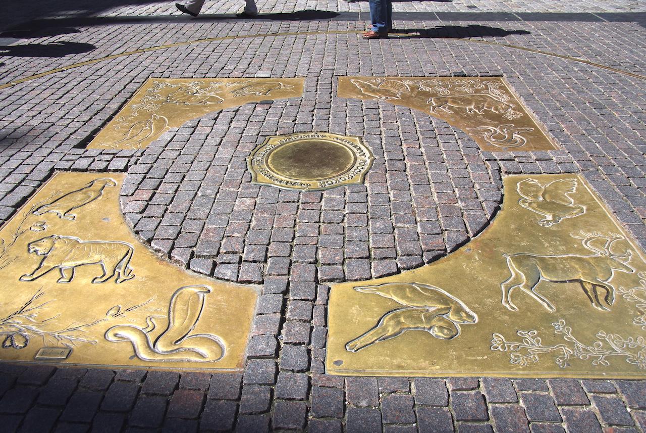 Le Kilomètre zéro, place de la Révolution ; point de départ des distances en Russie.