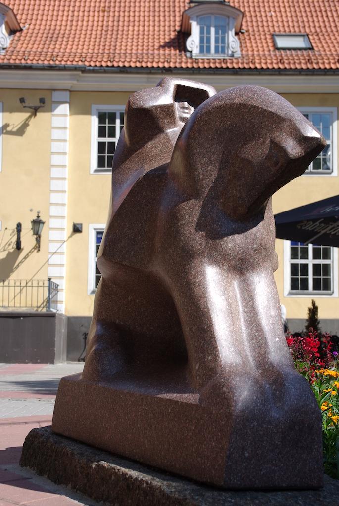 Beaucoup de sculptures dans les rues et places de Riga