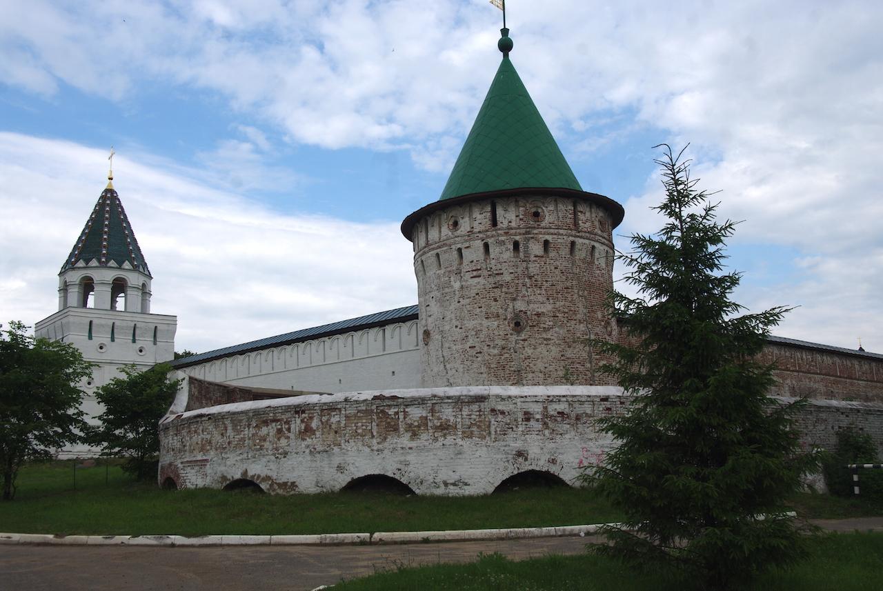 Extérieur du monastère, la tour Verte.