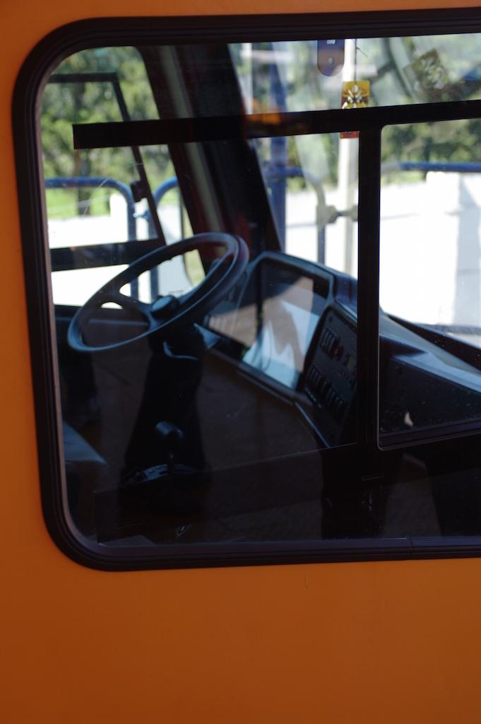 La cabine de pilotage, minuscule par rapport au camion.