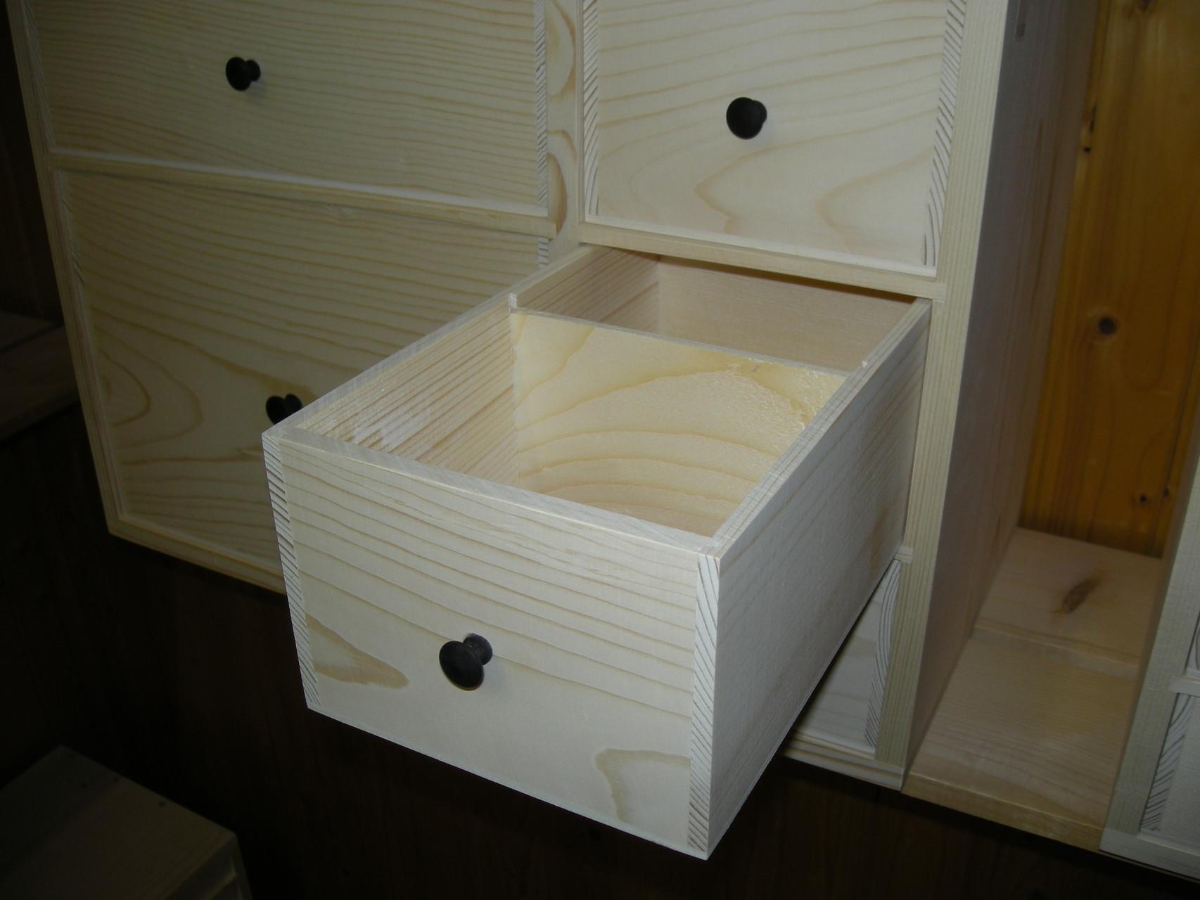 Très bien ajustés, les tiroirs coulissent parfaitement grâce à une astuce de conception.