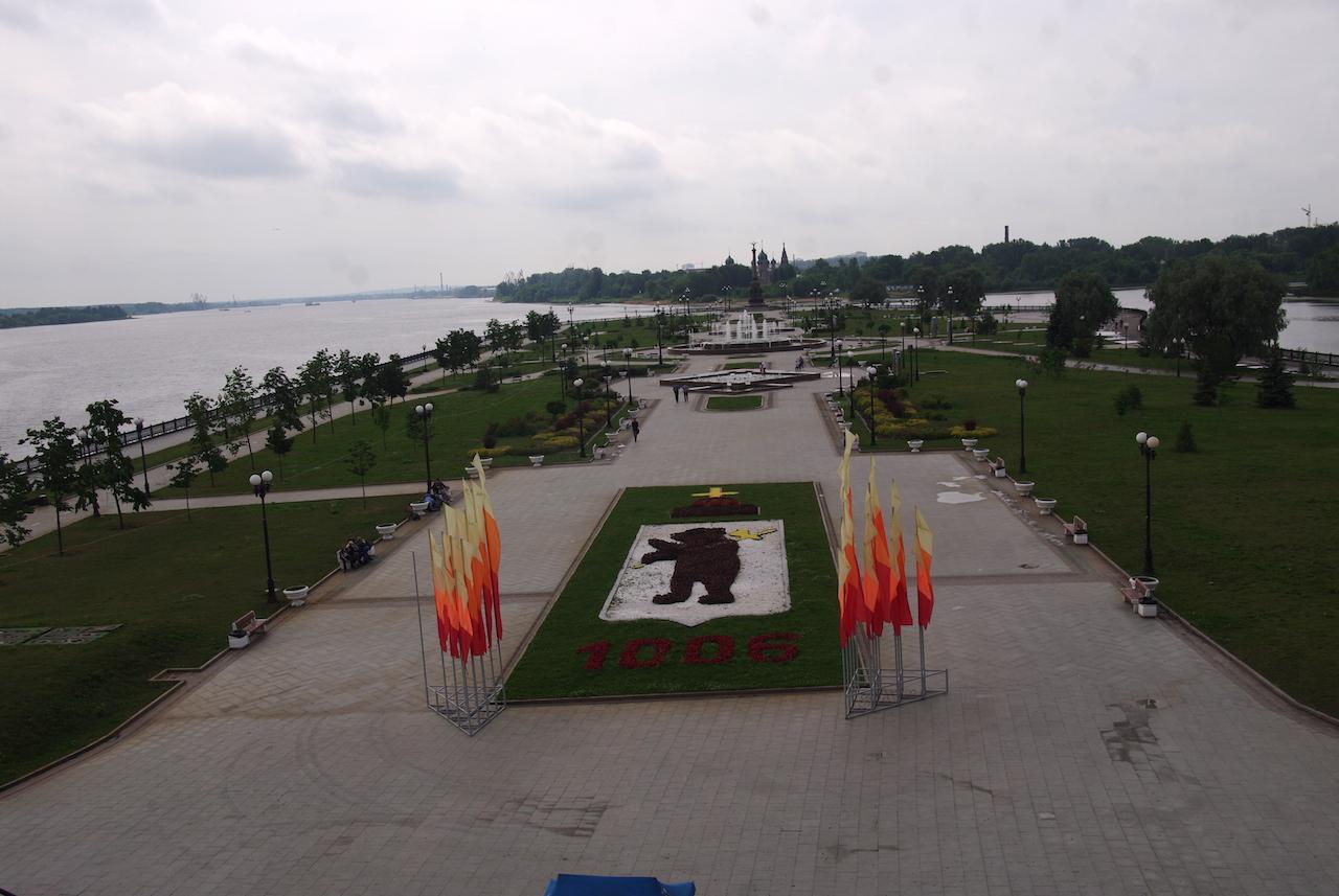 Jardin avec le blason de la ville, au confluent de la Kotorols et de la Volga (à gauche).