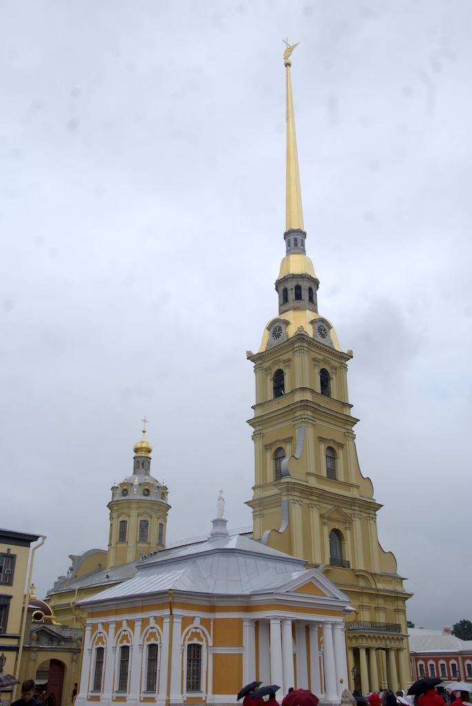 C'est la plus haute flèche de la ville, surmontée par un ange.