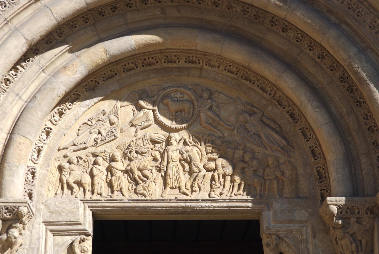 Détail du tympan représentant le sacrifice d'Abraham.
