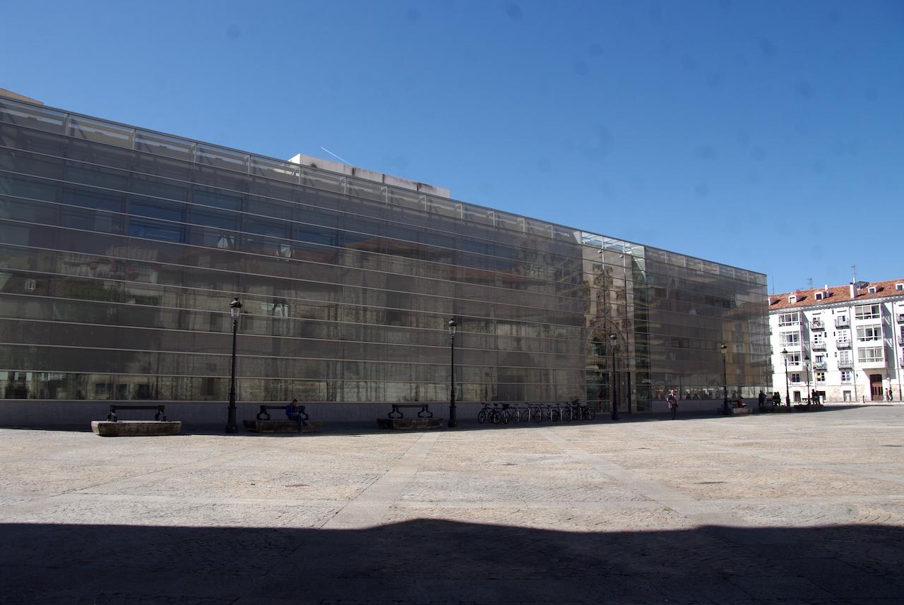 Bâtiment ancien dont la façade a été actualisée