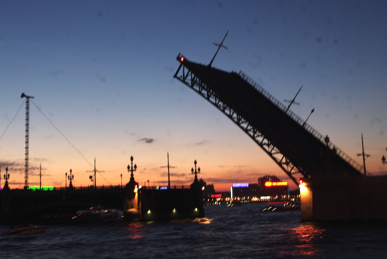 Le dernier pont que nous avons vu se lever. Il est 2 heures du matin !