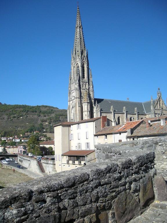 L'église vue du pont dont la chaussée est caladée.