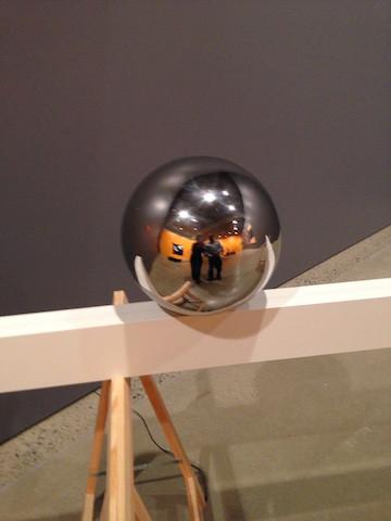 Expo Formen, Farven, Fladen : Une sphère qui se déplace seule