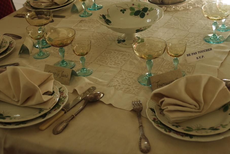 La table est dressée avec les verres offerts par Chopin.