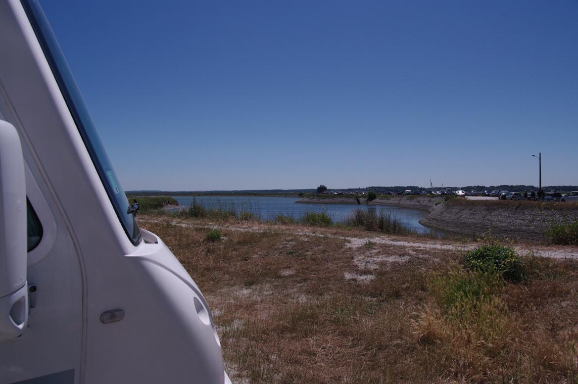 L'aire de stationnement, face au port