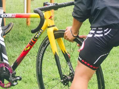 自転車をメンテナンスするライダー