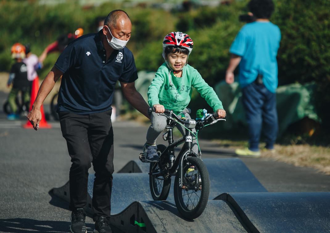 キッズ自転車講習会 講師の元競輪選手長村先生と