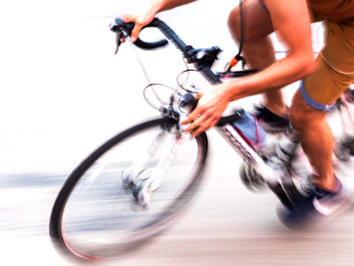 自転車でスピードを出すライダー