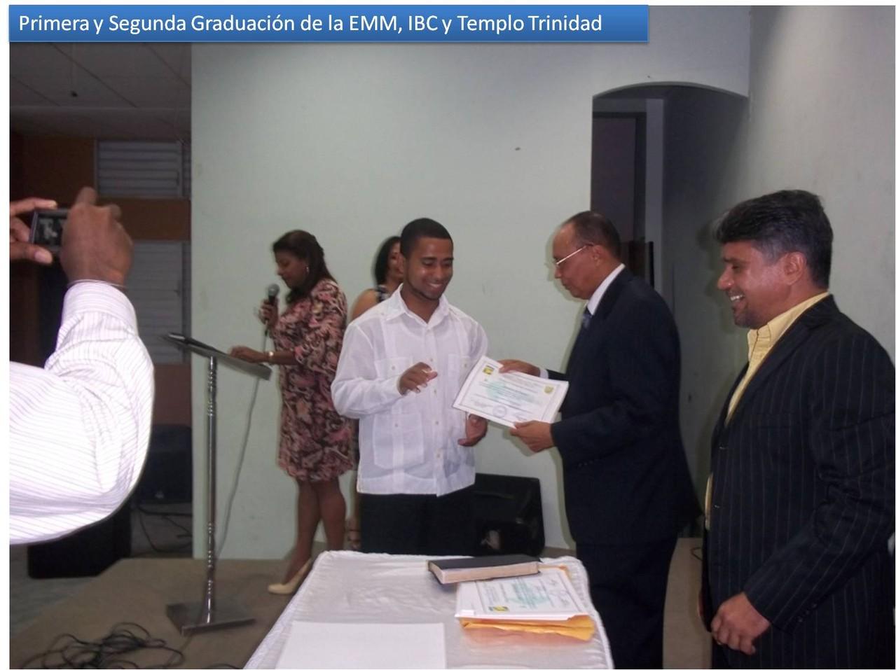 Silverio Bello entregando un Certificado de la EMM