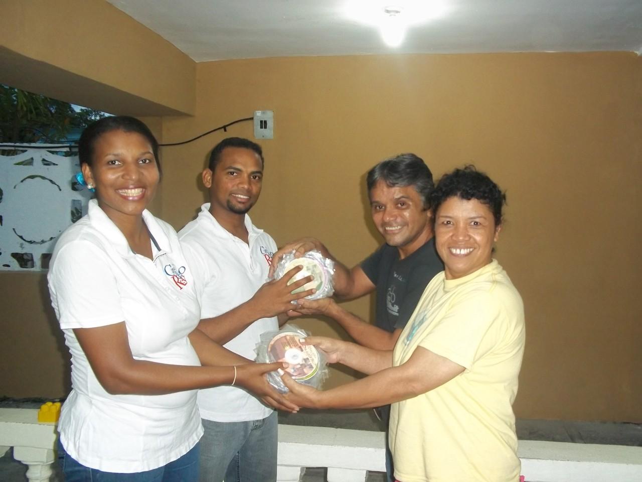 Donando cds de Misiones a la RIMI de Sto Domingo