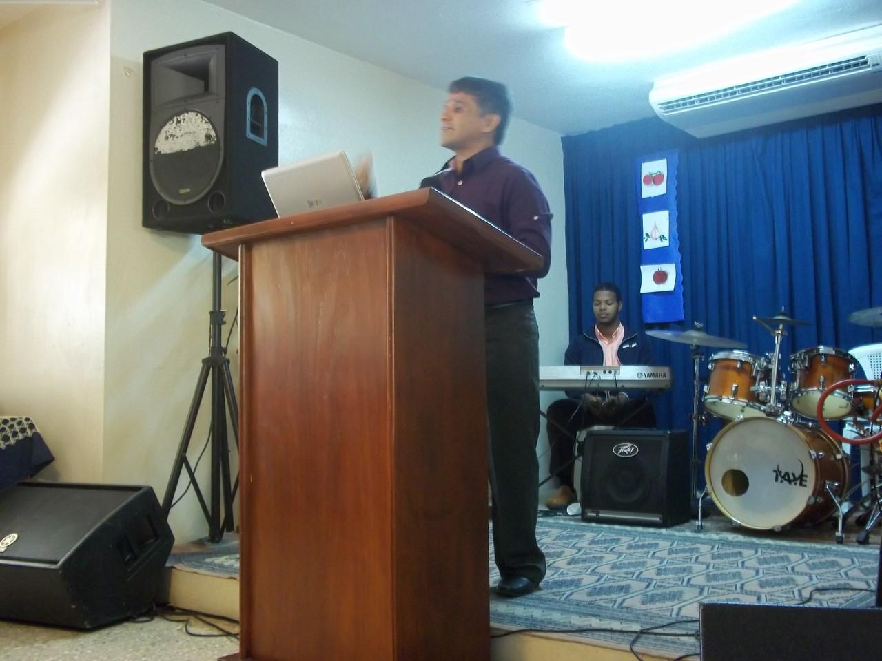 Predicando en la Iglesia Remanso