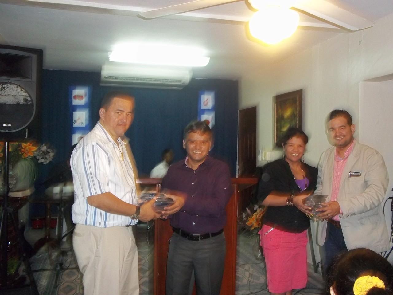 Donando cds de Misiones a la Iglesia Remanso