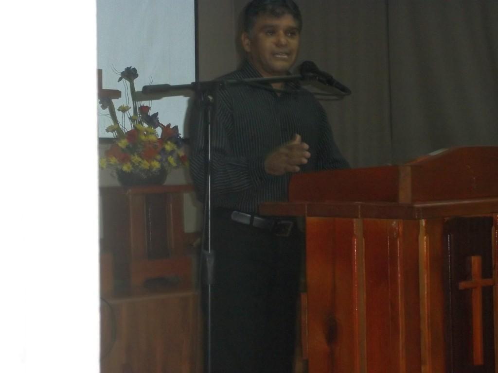Predicando en la Iglesia Coreana de RD