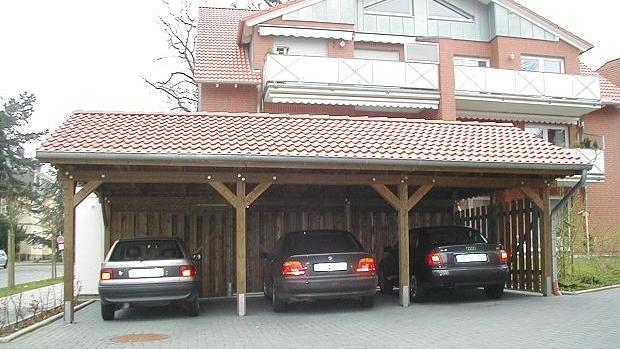 Beispiel Nr. SORC24.2    3er Carport mit Satteldach an einer Wohnanlage. Hier wurde die Pfostenlänge dem Geländeverlauf angepaßt.