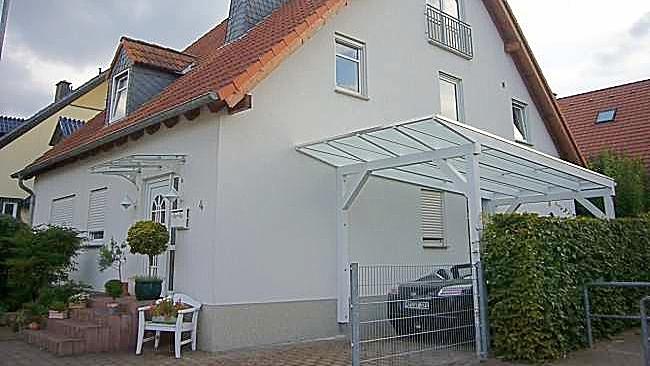 Beispiel-Nr. GD34    Vario2000 Glasdach-Carport an einem 1-Familienhaus, Weißgrundierung