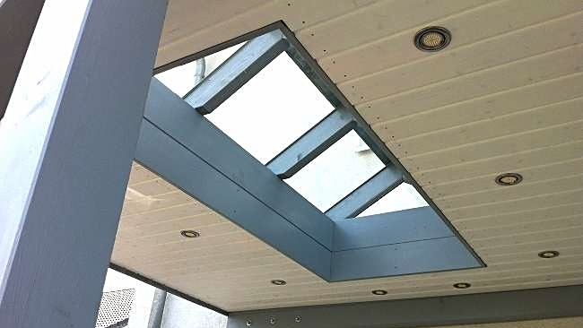 Beispiel Nr. SOC10.2    Der Glasaufsatz sieht nicht nur interessant aus, er bringt auch jede Menge Licht vor den Eingang. Die Unterseite des Daches wurde vertäfelt und eignet sich zum Einbau von Downlights.