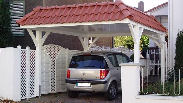 Beispiel Nr. SOC20.2   Die weißgrundierte Carportkonstruktion  und die roten Dachziegel der Walmblende sehen wunderschön aus. Hier parkt man gerne ein.