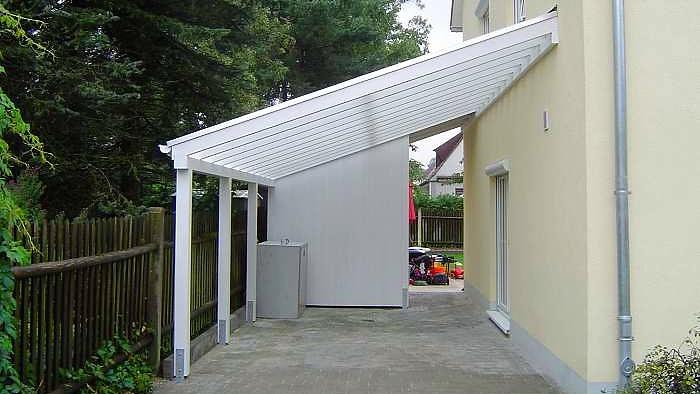Beispiel-Nr. GD32     Glasdach-Carport mi kleinem Abstellschrank für Müllgefäße, Weißgrundierung extra