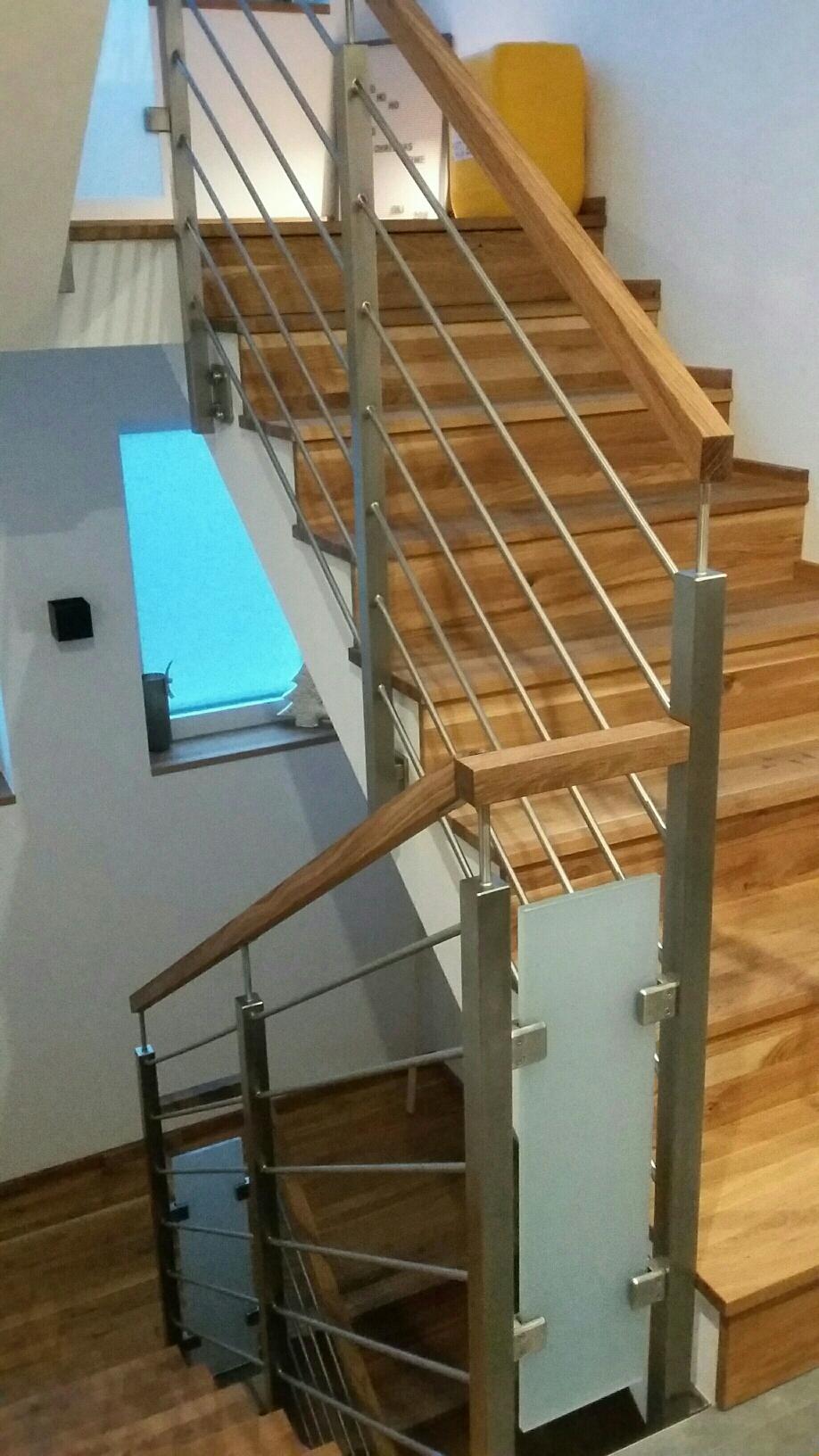 Geländer mit waagrechten Edelstahlstäben, Glaseinsatz und Holzhandlauf