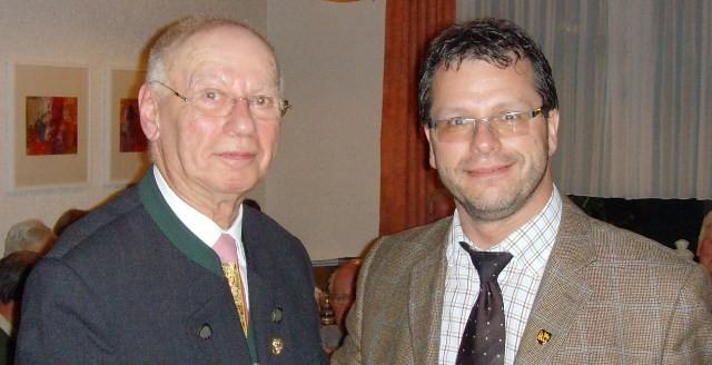 Der Maulbronner Bürgermeister Andreas Felchle würdigte die Verdienste des ausscheidenden Vorsitzenden Klaus Fritz sowohl für die Stadt Maulbronn, als auch für den Schwäbischen Albverein und überreichte ihm als besondere Auszeichnung die Kloster-Stadt-Meda