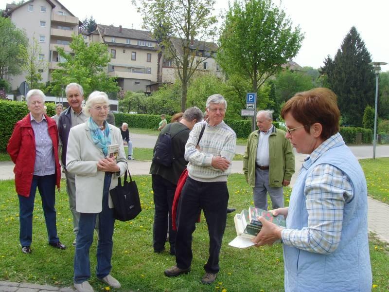 """Exkursion """"Pflanzen bestimmen"""" mit Gisela Radke"""