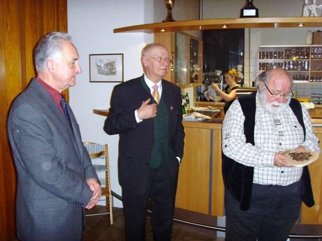 Für besondere Verdienste zeichnete Gauvorsitzender Dieter Auracher Horst Scham mit dem Ehrenschild aus