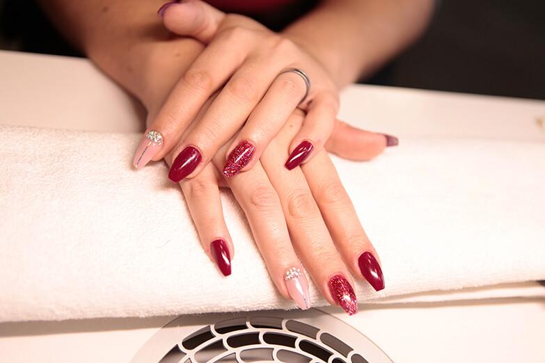 Nail Art in rot-nude mit Glitter