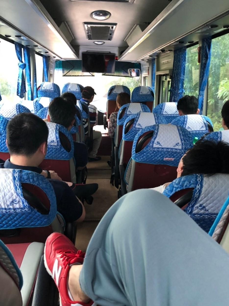 移動中のバス内の様子