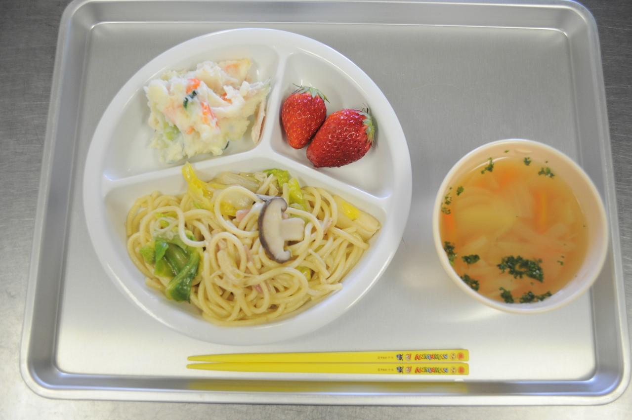 和風パスタとポテトサラダ、コンソメスープとイチゴ